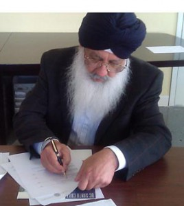 Bhupinder S. Dhillon signs the Letter of Gift establishing the Guru Nanak Heritage Fund for UC Santa Cruz's Humanities Division